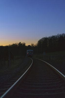 Kein Fotolicht mehr, bei Krumhermsdorf immerhin noch ein kleines Stimmungsfoto. Der Triebwagen verschwindet in der Nacht... 29.12.2017