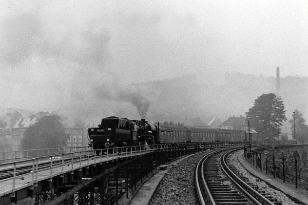 Eine 52 mit Personenzug  Bautzen - Bad Schandau auf der Sebnitzer Behelfsbrücke. Die letzten Stunden des Steinbogenviaduktes haben geschlagen...