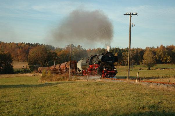 Eine weitere fantastische Aufnahme dieses Herbstspektakels: Der gleiche Zug auf der Rückfahrt nach Bad Schandau bei Krumhermsdorf in herrlichem Abendlicht, Foto: Ulli Dietzel, 22.10.2004 18:12 Uhr