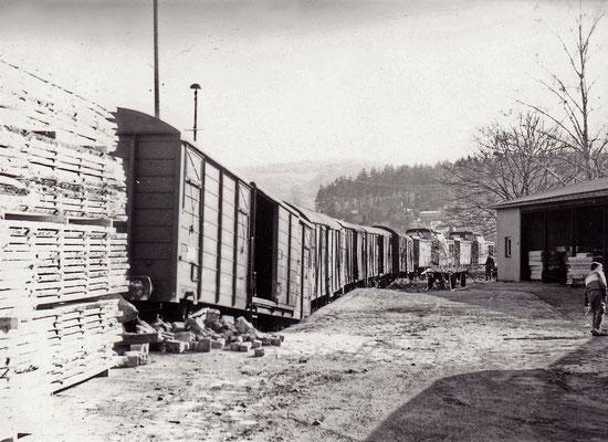 """Unfall an der Sebnitzer Güterabfertigung. Ein Güterwagen hat sich über den Prellbock """"aufgebockt""""."""