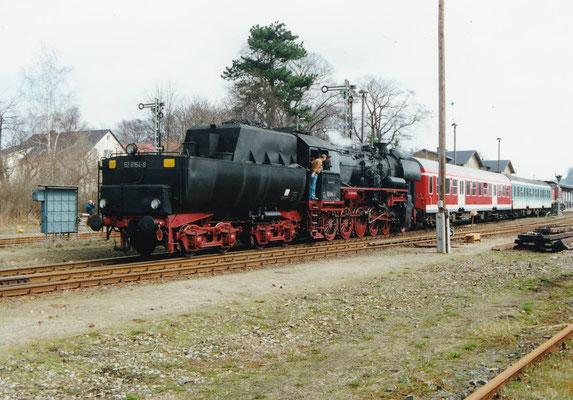 Noch einmal der bunte Zug aus der anderen Richtung, März 2000, Foto: Sven Kasperzek