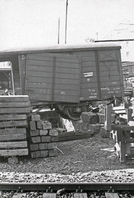 Der ausgehebelte Güterwagen.