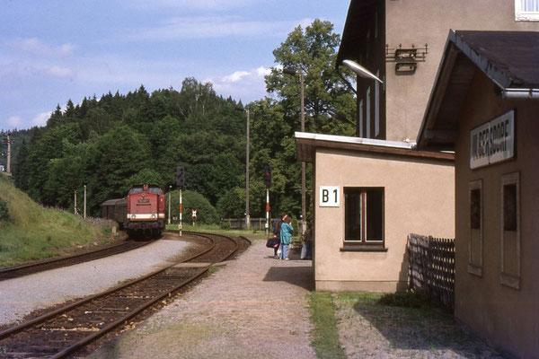 Personenzug bei Einfahrt in den Bahnhof Ulbersdorf. Im Vorbau ist das Stellwerk B1 untergebracht. 1991 noch Kreuzungsbahnhof, ist Ulbersdorf heute lediglich noch ein Haltepunkt. Foto: Andreas Matschke