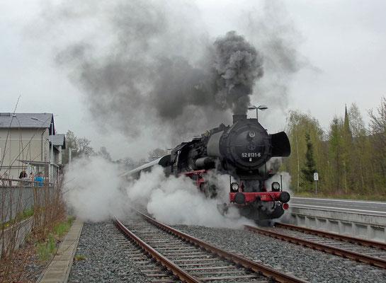Kurze Pause in Sebnitz, auf der 52 wird nochmal ordentlich Dampf gemacht.  15.04.2017. Foto: A. Schleusener / Archiv Robert Schleusener.