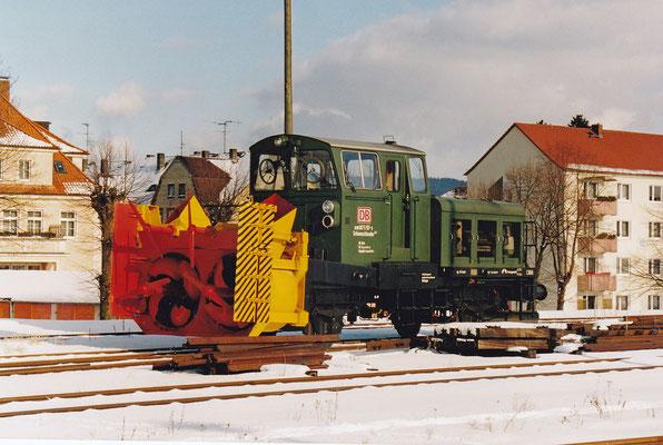 Die über viele Jahre in Neustadt stationierte Schneefräse in der alten, dunkelgrünen Farbgebung.