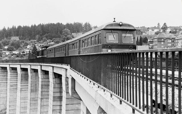 Noch wird die Carolabrücke in Bad Schandau rekonstruiert. Einfahrende Regionalbahn mit Leipziger Steuerwagen auf dem neuen Viadukt, 1989.