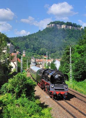 Sonderfahrt des Lausitzer Dampflokclubs von Cottbus nach Bad Schandau. Am Morgen beschleunigt 23 1019 den Zug nach kurzem Halt klangvoll aus dem Bahnhof Königstein. 23.06.12