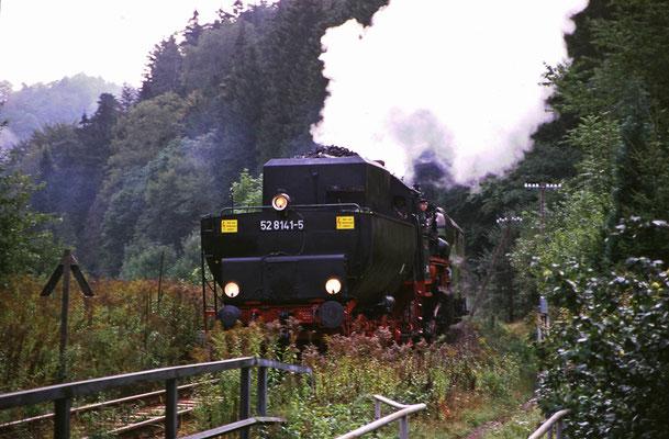 52 8141-5 mit Tender voran bei der Einfahrt in Goßdorf-Kohlmühle, Foto: Jürgen Vogel, 1996