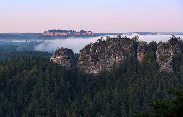 Blick vom Ziegenrücken hinüber zum Gamrig, dahinter die Festung Königstein. ISO 200, 105mm, f/7.1, 1/40sek.