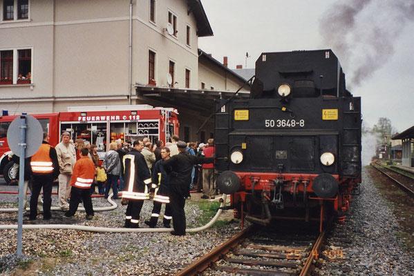 Der Blumenfestexpress der OSEF mit Lok 50 3648-8 vom Sächsischen Eisenbahn-Museum e.V. Chemnitz-Hilbersdorf am 25. April 2004 in Sebnitz. Foto: Thomas Lange