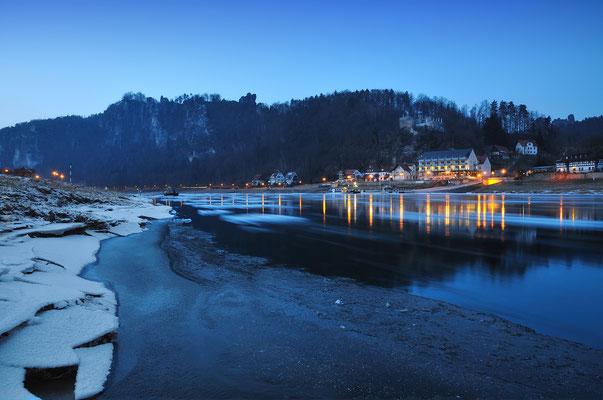 Der lang anhaltende Frost zu Beginn des Jahres 2012 sorgte auch für große Eisschollen, die auf der Elbe hinab in Richtung Hamburg trieben. Hier bei Rathen. ISO 800, 16mm, f/9.0, 4 Sek.