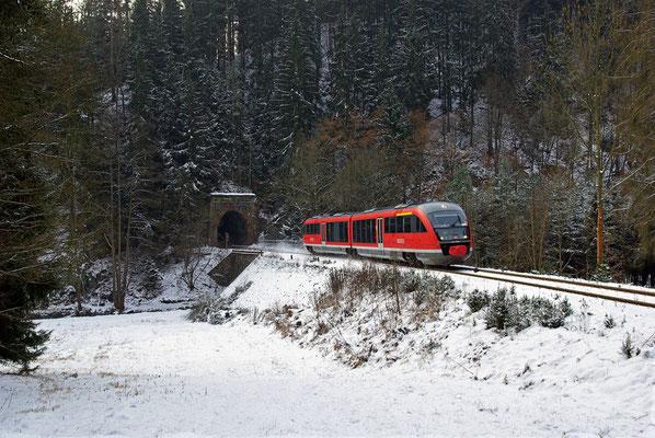 Auch im Sebnitztal ist es Bitterkalt, das Thermometer zeigte Tagsüber - 14°C. Unbeeindruckt davon kommt RB 17127 aus dem Tunnel 3 kurz vor Ulbersdorf, 18.12.09