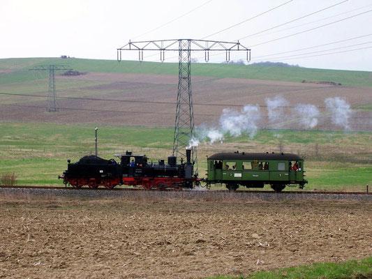 Ein seltener Gast: Die heute nicht mehr Betriebsfähige 89 6009 des Dresdner Verkehrsmuseums mit dem Windbergwagen, 22.04.2006
