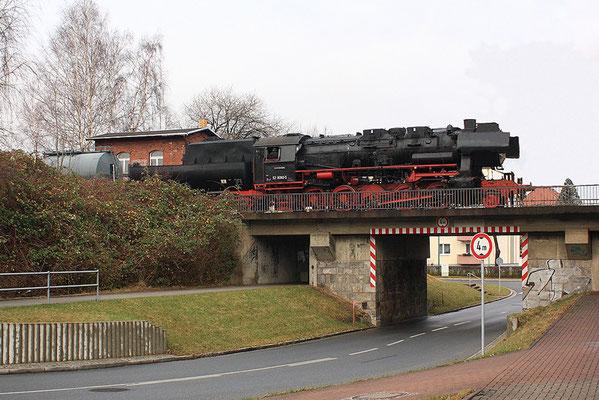 52 8080 musste mit ihrem Zug auf die Brücke am Stellwerk 2 ( Ausfahrt Richtung Bautzen - Stillgelegt ) ausweichen als sich die 2 Desiros in Neustadt trafen, 06.12.09, Foto: Jürgen Vogel