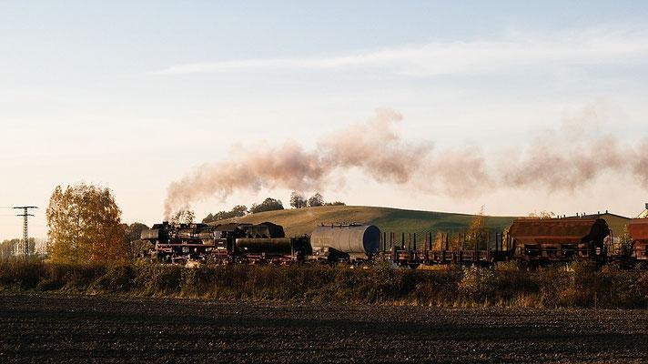 Der Güterzug auf der Rückfahrt nach Bad Schandau, im herrlichen Streiflicht hier kurz hinter Neustadt ( im Hintergrund der Karrenberg ), 22.10.04 17:04 Uhr, Foto: Uwe Dietz