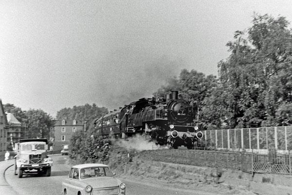 86 049 mit Sonderzug nach Neustadt. Am Zugschluss schiebt...