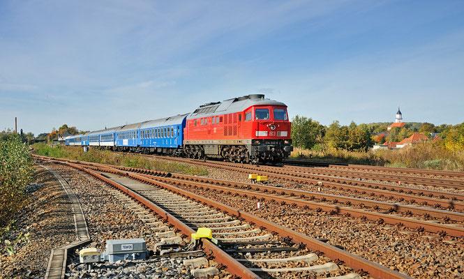 """Schachzug von Dresden nach Polen. Auf den tschechischen Reisezugwagen waren Schachfiguren abgebildet und die Aufschrift """"Chess Train"""" zu lesen. Zuglok war 234 242-6, hier bei Bischofswerda. 13.10.12"""