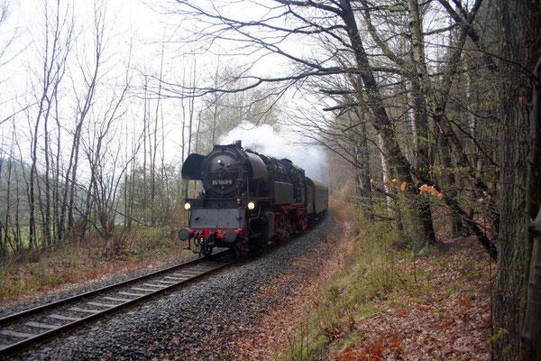 In Höhe der Ortslage von Schönbach ist es nicht mehr weit und die 65 1049-9 hat den Bahnhof Sebnitz erreicht, 19.04.2008, Foto: Jörg Feudel