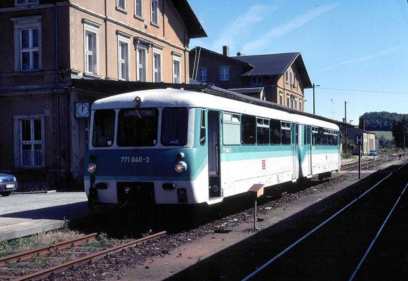 """Das letzte Jahr für """" Ferkeltaxe """" und V 100 vor dem Traktionswechsel auf die Desiros, die Regionalbahn wartet in Neustadt auf Ausfahrt nach Pirna, 27.08.2000, Foto: Stig Mohlin ( Stockholm )"""