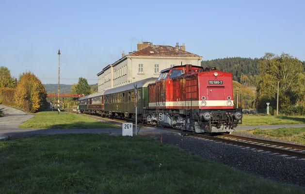 112 565 mit Sonderzug von Rumburk nach Sebnitz und Neustadt / Sachsen in Dolni Poustévna, 13.10.18