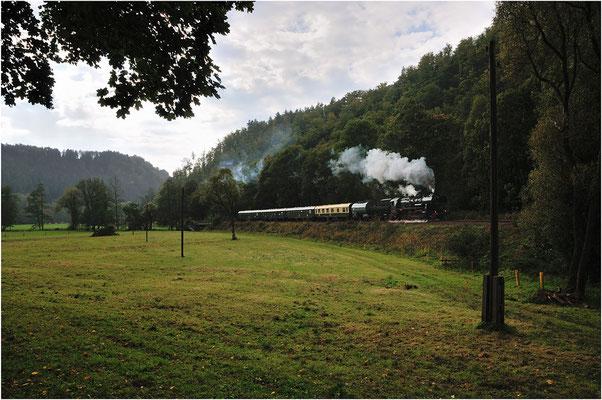 Leider spielte das Wetter kaum mit, bei Goßdorf-Kohlmühle kämpft sich 52 8080 während der 2. Pendelfahrt am 22.09.12 durch einen Wolkenbruch.