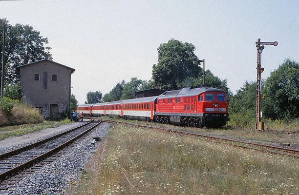 Die Elbtalstrecke war zwischen Pirna und Dresden Hbf wegen Bauarbeiten gesperrt, alle Züge wurden über die Nebenbahn via Arnsdorf und Dresden-Klotzsche umgeleitet. Aufgenommen am 3. Aug 2003 im Bf Dürrröhrsdorf. Foto: Archiv Uwe Schmidt