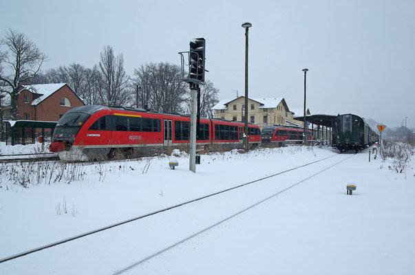 Da auch in Neustadt nur noch 2 Gleise für die Regionalbahnen zur Verfügung stehen, mussten RB 17131 aus Bad Schandau und RB 17126 aus Pirna wegen des Sonderzuges zusammen auf Gleis 1 ausweichen. 09.01.2010