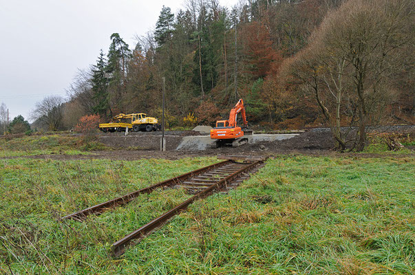 Bei Kilometer 58,0 unterhalb des Goßdorfer Raubschlosses nahe Kohlmühle war mit dem Dammdurchbruch der schlimmste Schaden zu verzeichnen, das alte Gleis wurde derweil auf der Wiese abgelegt. 05.11.10