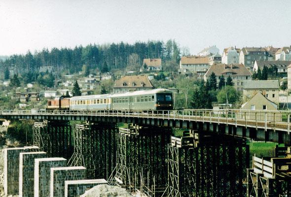 Während der Brückenbauarbeiten in Bad Schandau kamen Leipziger S-Bahn Wagen mit Steuerwagen zwischen Sebnitz und Rathmannsdorf zum Einsatz. Hier auf der Behelfsbrücke in Sebnitz. Vermutlich 1987, Foto: Archiv Sven Kasperzek.