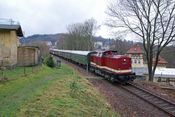 Nikollaussonderfahrten mit den OSEF zwischen Neustadt und Bad Schandau, 112 331-4 kurz nach dem Überqueren des Sebnitzer Stadtviaduktes vor der Einfahrt in den ersten von 7 Tunneln, Dezember 2008