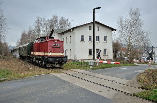 110 101 am BÜ nach dem HP Dürrhennersdorf, von hier zweigte bis 1945 eine Schmalspurbahn nach Taubenheim (Spree) ab. 07.12.14