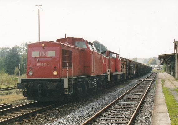 204 641 + unbekannte BR 294 mit Holzzug vom Umschlagplatz bei Rathmannsdorf in Sebnitz.