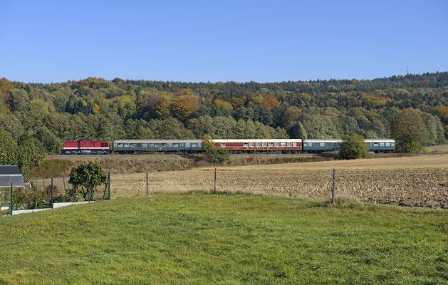 112 565 mit dem Sonderzug von Neustadt nach Sebnitz bei Krumhermsdorf. 13.10.18