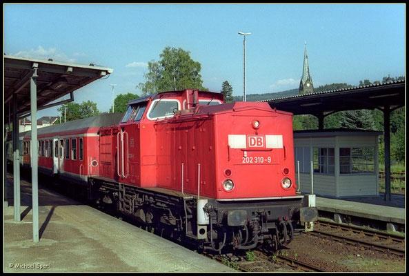 202 310 mit RegionalBahn nach Bad Schandau beim Kreuzungshalt im Bf.Sebnitz am 13. August 2000. Foto: Archiv Michael Sperl