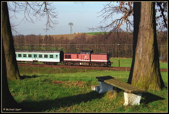 """""""Die Bank von Krumhermsdorf"""" mit einer von 202 791 gezogenen Regionalbahn auf dem Weg nach Bautzen am 24. April 2001. Foto: Archiv Michael Sperl"""
