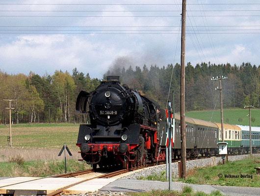 Diese herrliche Aufnahme des Sonderzuges mit 50 3648-8 gelang dem Fotografen am 25.04.2004 in der Kurve vorm Bahnübergang bei Krumhermsdorf, es war einer der seltenen Tage bei denen die Sebnitztalbahn eine Baureihe 50 zu sehen bekam, Foto: Volkmar Döring