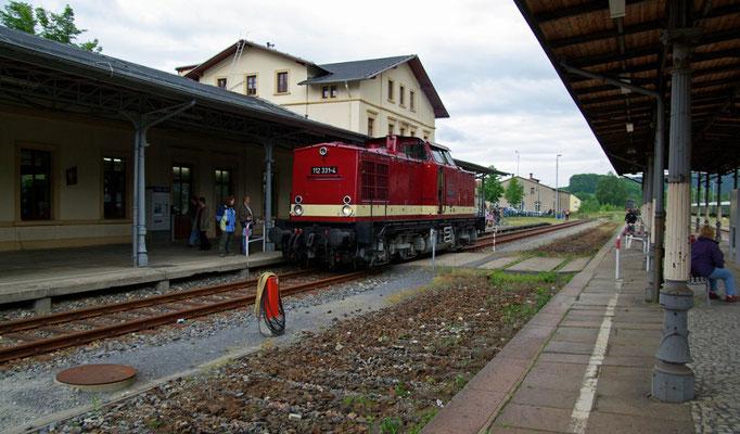 112 331-4 wartet auf das Rangiersignal ( Sonderfahrten zum Fest 675 Jahre Neustadt in Sachsen, Mai 2008 )