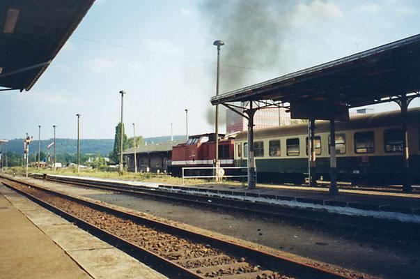 Der Bahnhof Neustadt i. Sa. 1995, der Regionalzug von Bad Schandau hat Ausfahrt auf die heute nicht mehr befahrbare Strecke nach Bautzen ( heute sind viele Gleise zurückgebaut, Holzmastlampen und Flügelsignale existieren nicht mehr )
