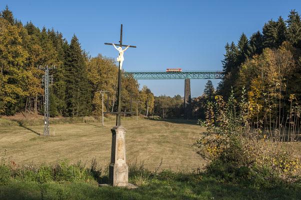 810 668 (?) von Dolni Poustévna nach Rumburk auf dem Viadukt bei Vilémov, 13.10.18