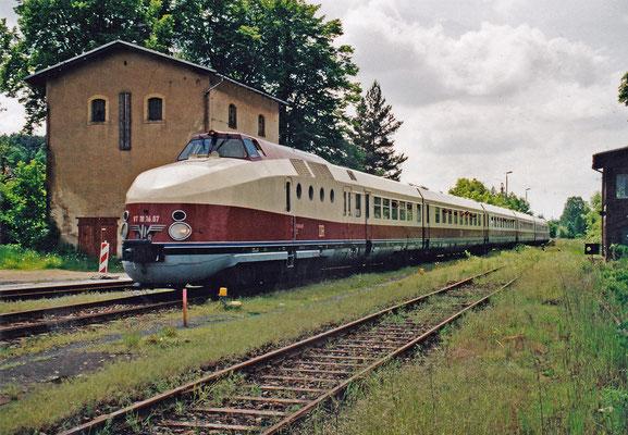 VT 18.16 von Pirna kommend rollt in den Bahnhof von Dürrröhrsdorf ein.