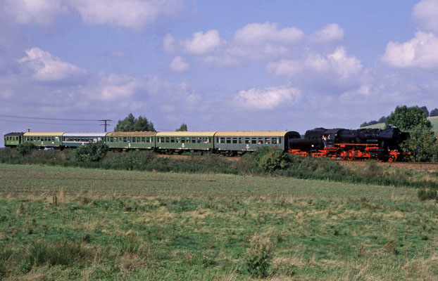 Schöner Zug in schöner Landschaft, 52 8141-5 der OSEF zwischen Neustadt und Polenz, Foto: Jürgen Vogel,1996