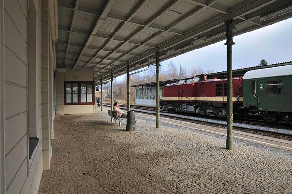 Besonders die stilreine Garnitur ließ in Erinnerungen schwelgen und begeisterte viele Fans an den Strecken. Im Bahnhof Sebnitz wartet V 100 auf den Gegenzug aus Neustadt. 05.11.11