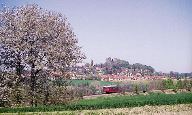 Ein einzelner LVT rollt als P8409 durch die herrliche Frühlingslandschaft bei Stolpen. Im Hintergrund erhebt sich die eindrucksvolle Burg Stolpen. Mai 1994, Fotograf: Andreas W. Petrak