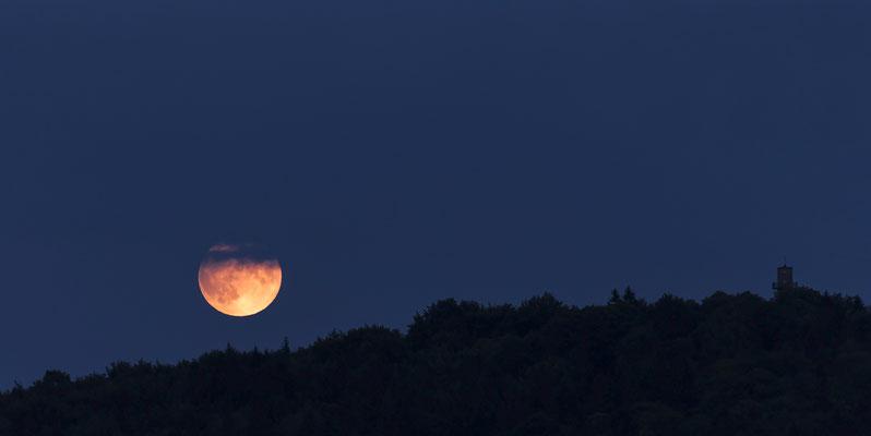 Mondaufgang über dem Ungerwald, aufgenommen vom Götzingerturm. Rechts zu erkennen die Silhouette des Ungerturms. Juli 2019