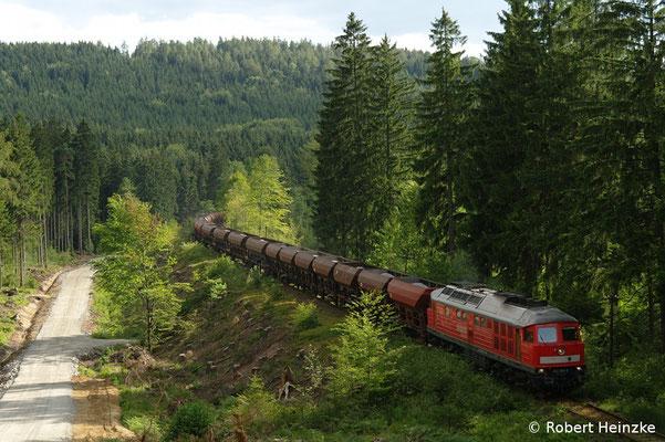 232 093-5 mit dem Vollzug aus Oberottendorf auf dem Weg nach Neukirch-West. Vom gerodeten Waldhang bietet sich jetzt ein interessanter Blick auf die Strecke! Foto: Robert Heinzke, 15.07.11