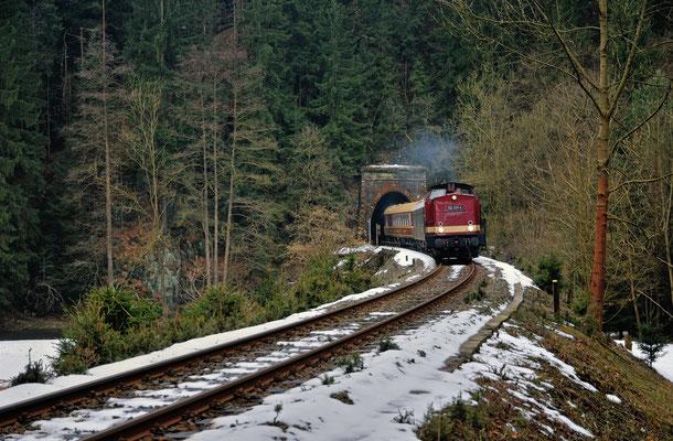 Am 09.03.2013 war 112 331 unterwegs auf einer Privatfahrt. Gefeiert wurde der 50. Geburtstag eines Vereinsmitglieds der OSEF. Im Sebnitztal kommt der Zug mit Reko & Speisewagen bei Ulbersdorf aus Tunnel 3.