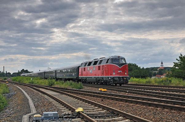 Classic Courier Waiblingen-Breslau, gezogen von einer V180 der WFL brummt der 10 Wagen-Zug hier mit einem klasse Sound durch Bischofswerda. Weiter ging die Fahrt über Görliz, 23.07.11
