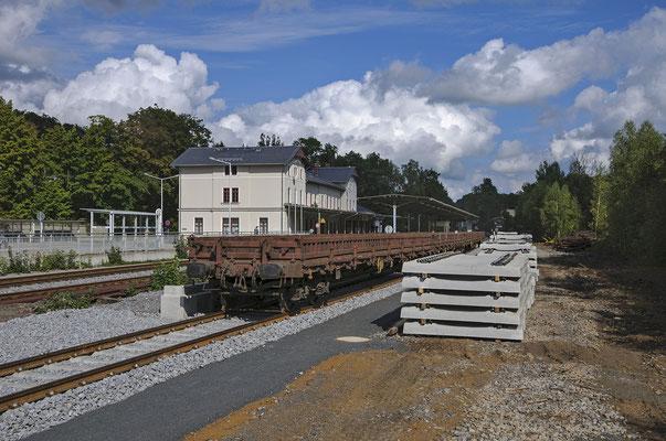 Schwellen-Güterzug für das neue Gleis nach Dolni Poustevna, Sebnitz 04.09.2013.