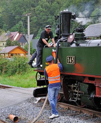 Bekanntlich hat auch eine Dampflokomotive immer großen Durst - die IV K beim Wasserfassen. 27.08.2011