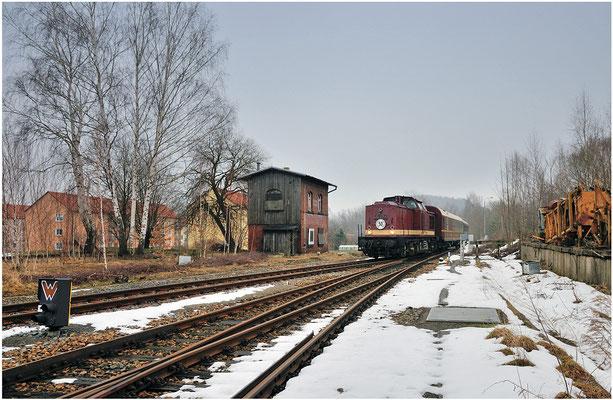 """"""" Am Gleis 1 fährt ein der Sonderzug aus Bautzen zur Weiterfahrt nach Bad Schandau """"... Wie gern würde man diesen Satz mal wieder hören, doch die Strecke nach Bautzen liegt weiterhin im Dornröschenschlaf und so blieb es in Neustadt bei der Rangierfahrt."""
